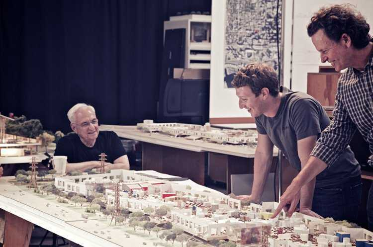 Mark Zuckerberg bersama arsitek Frank Gehry yang didapuknya mendesain markas baru Facebook (Sumber: reuters.com)