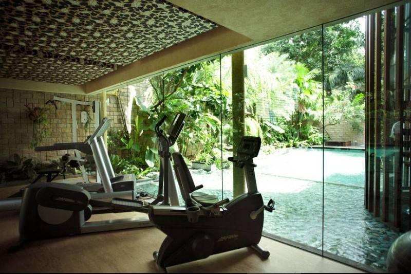 Ruang gym dengan pemandangan kolam renang dan taman karya Iwan Sastrawiguna (sumber : arsitag.com)