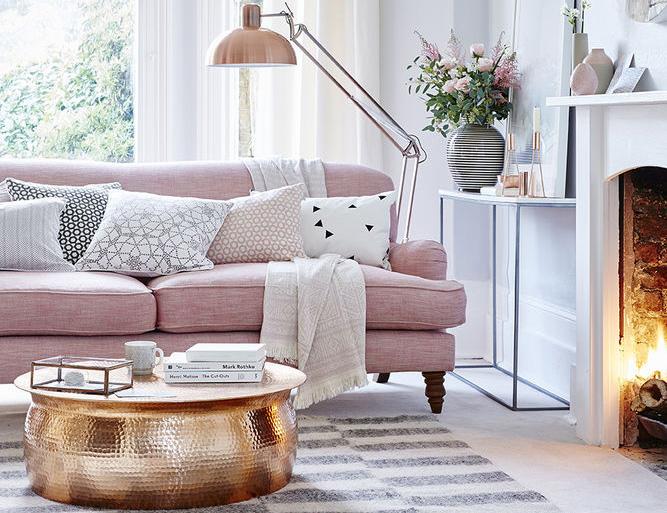 Inspirasi ruang tamu warna peach yang dipadukan dengan tembaga(Sumber: housebeautiful.co.uk)
