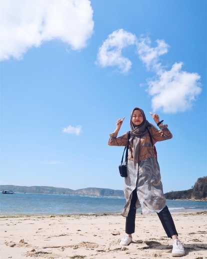 7 Tips Sederhana Padu Padan Style Hijab Ke Pantai Gotomalls