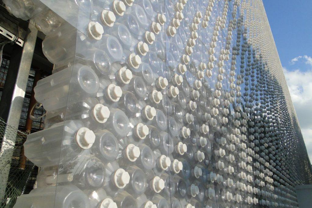 Gedung dari Sampah Botol Plastik