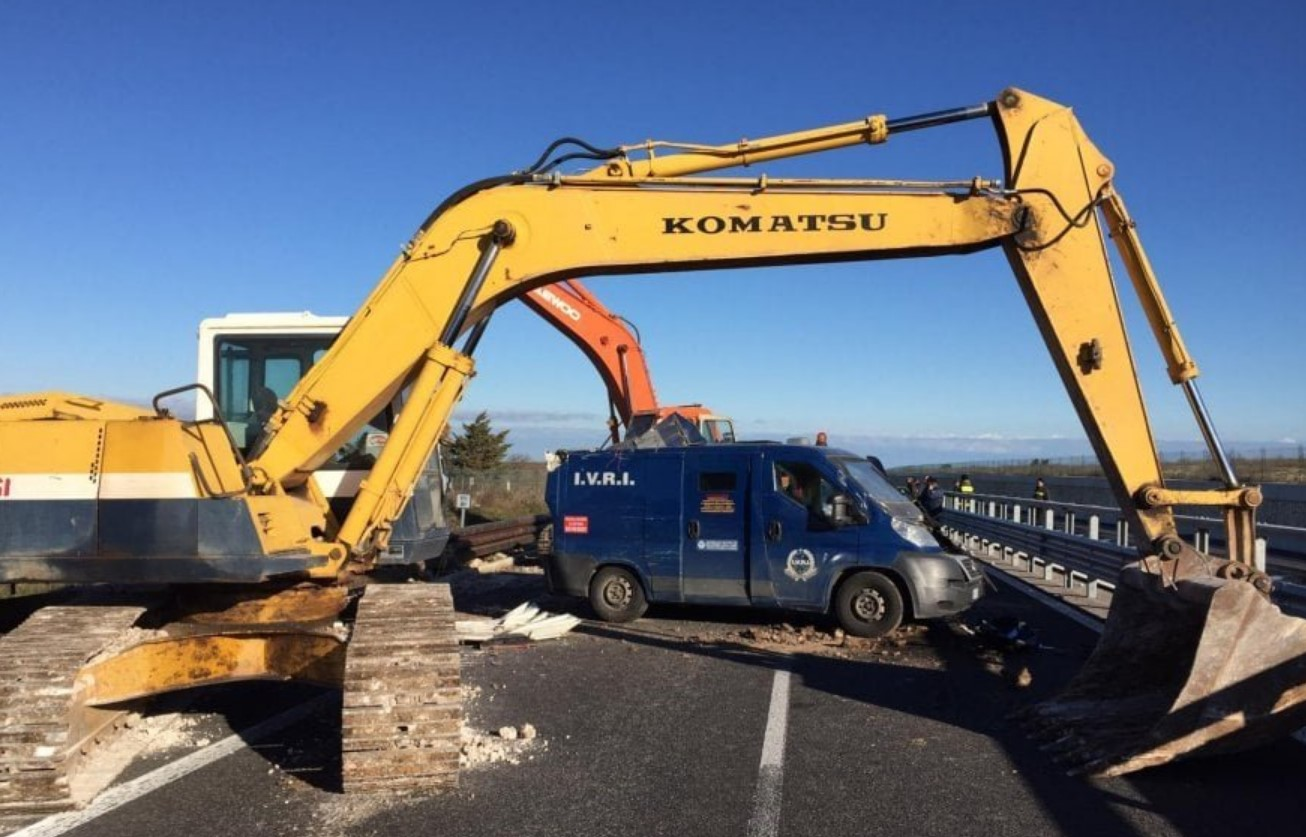 The Italian Job: Thieves Use Backhoes to Open Armoured truck