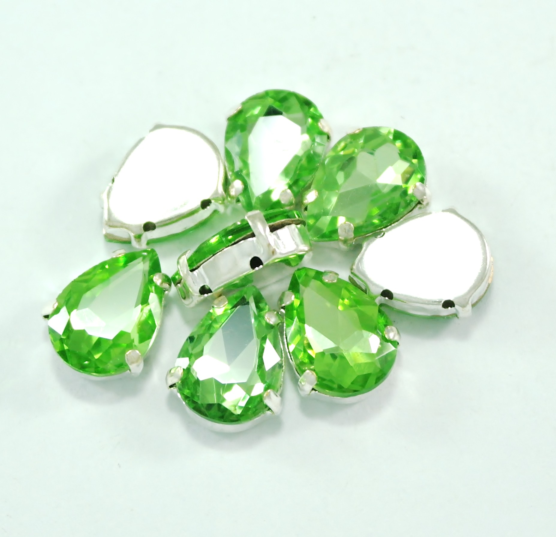 GLASS BEADS - PERIDOT TEAR DROP (T6)