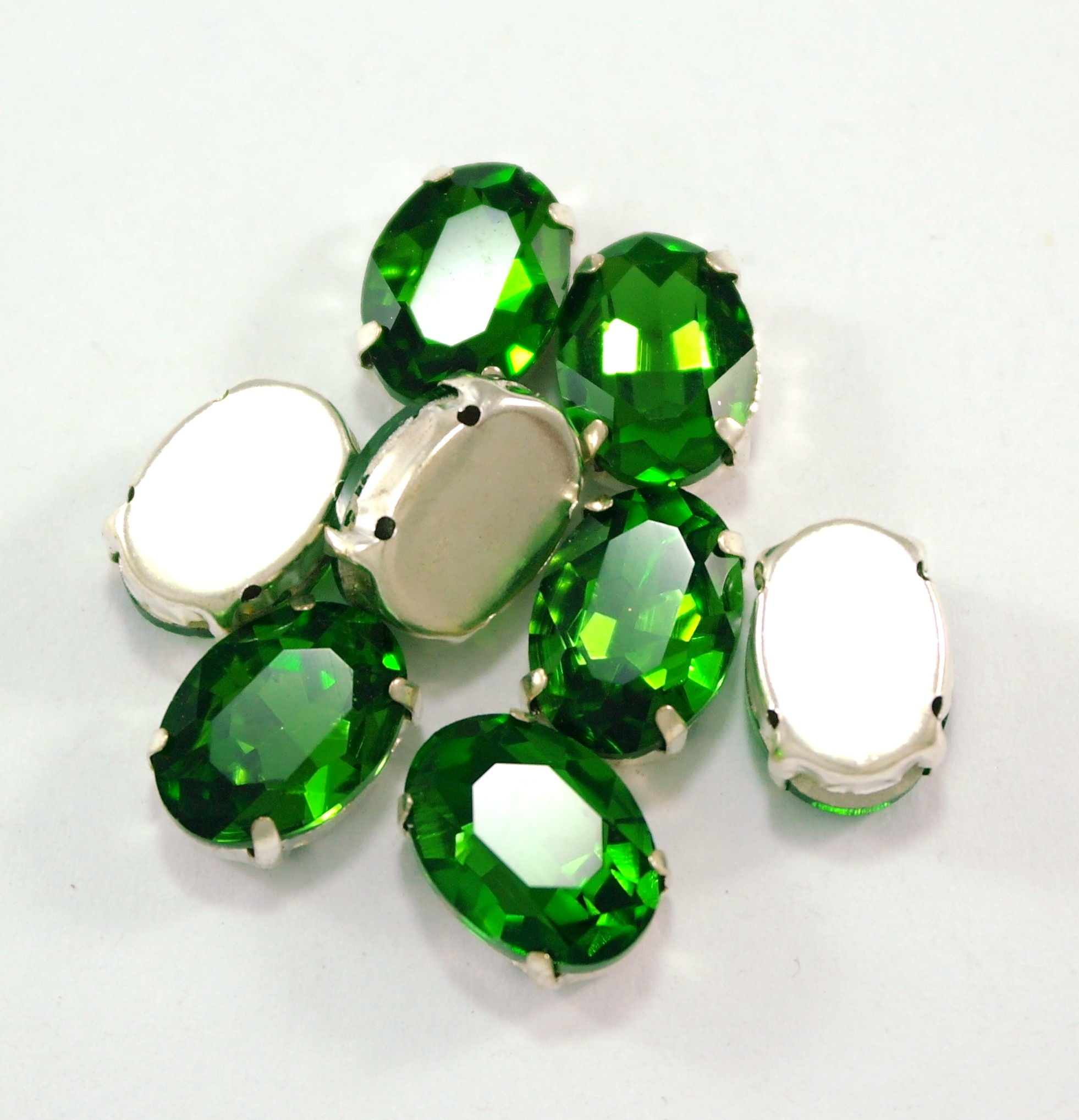 GLASS BEADS - GREEN OVAL (O8)