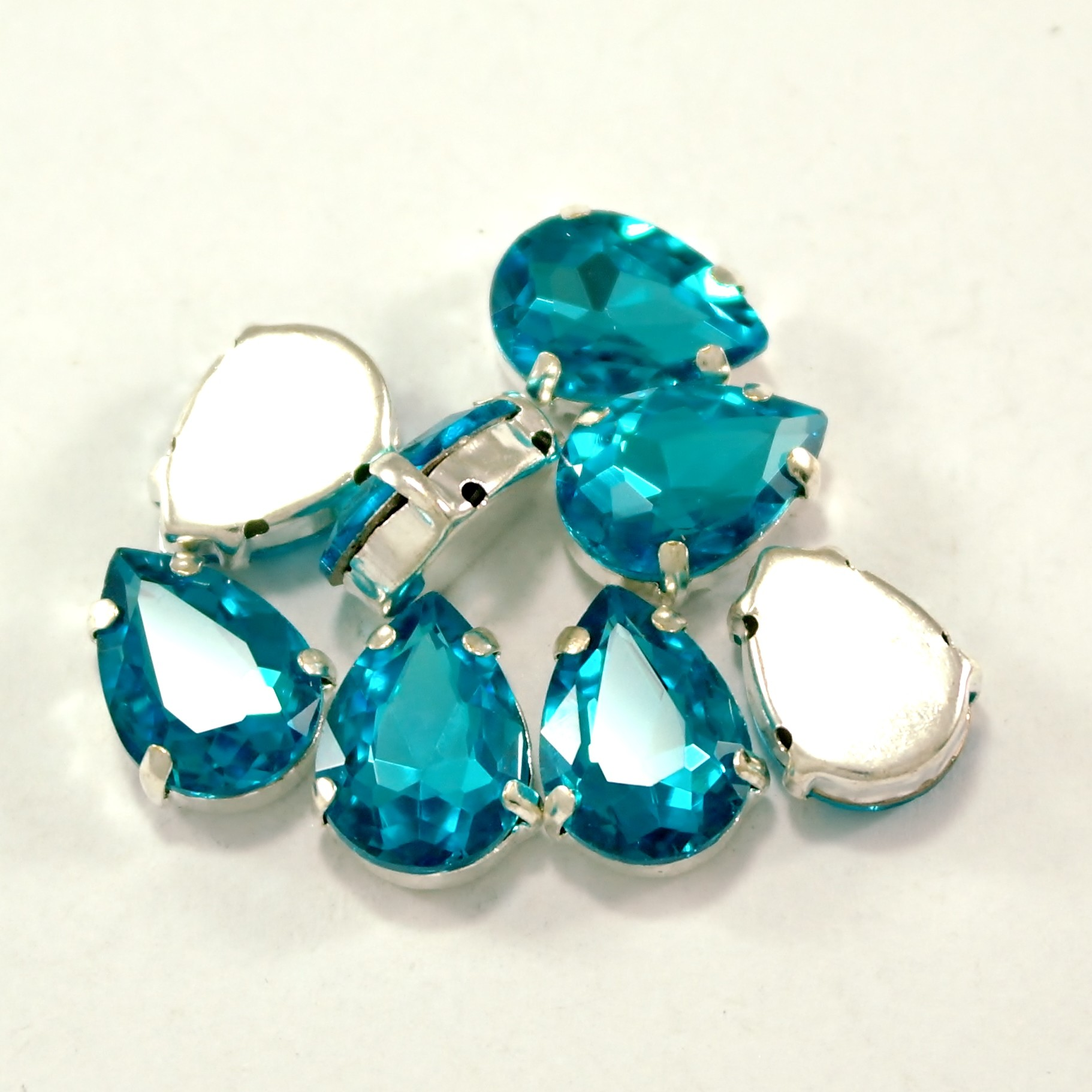 GLASS BEADS - AQUAMARINE TEAR DROP (T3)