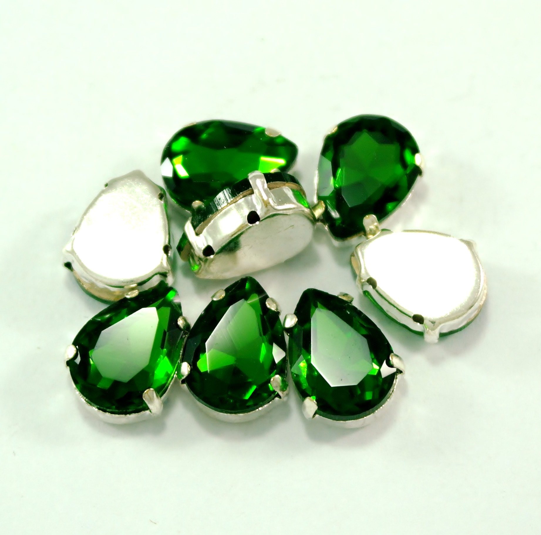 GLASS BEADS - GREEN TEAR DROP (T7)