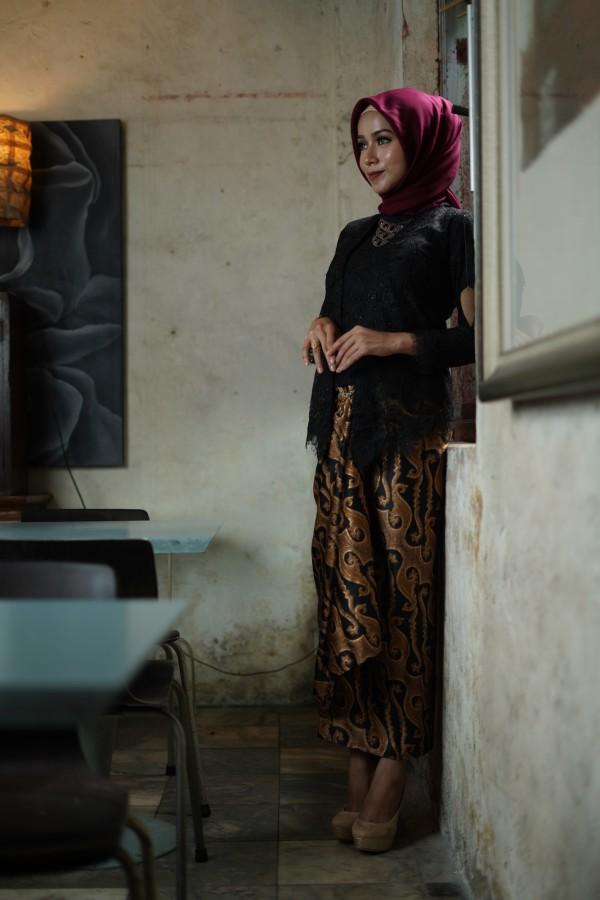 Kebaya Lace in Black (1 set with Pario) - Haura Wear