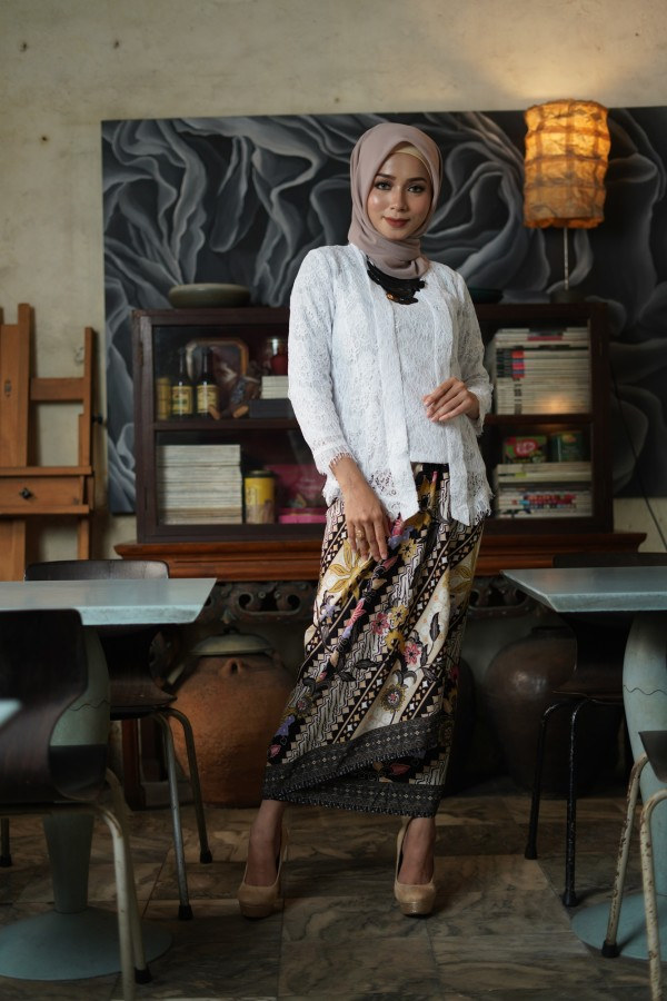 Kebaya Lace in White (1 set with pario) - Haura Wear