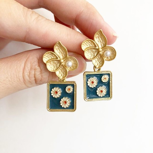 Night Chamomile Fields Elegance Matte Floral Earrings - Diary of a Miniature Enthusiast