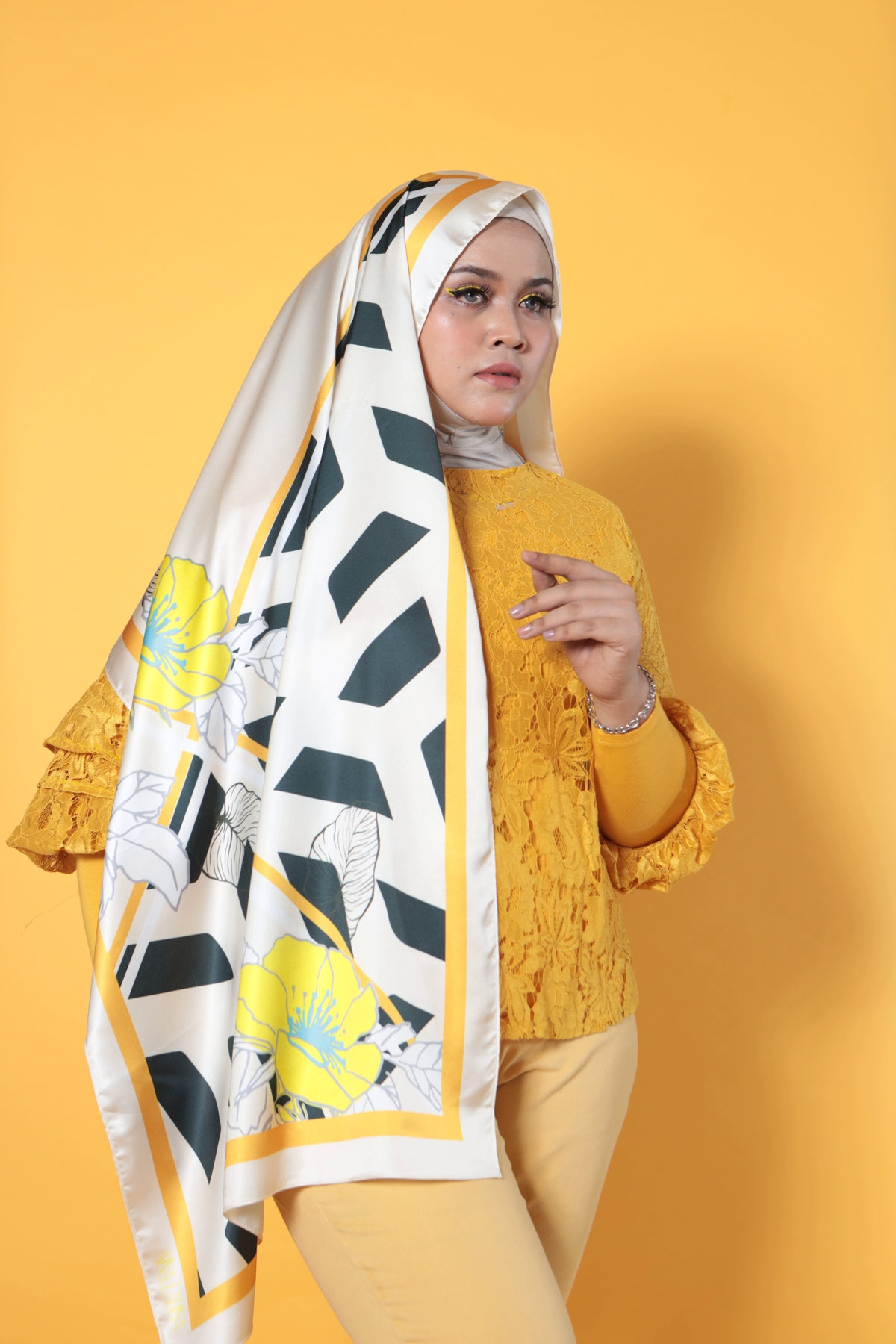 #AFBLOSSOM PRINTED SHAWLS IN WHITE