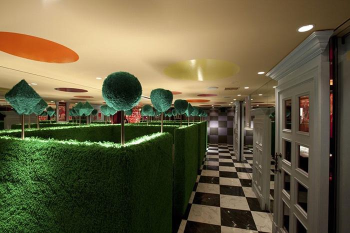 themed-cafes-tokyo-alice-in-fantasyland-café-hedge