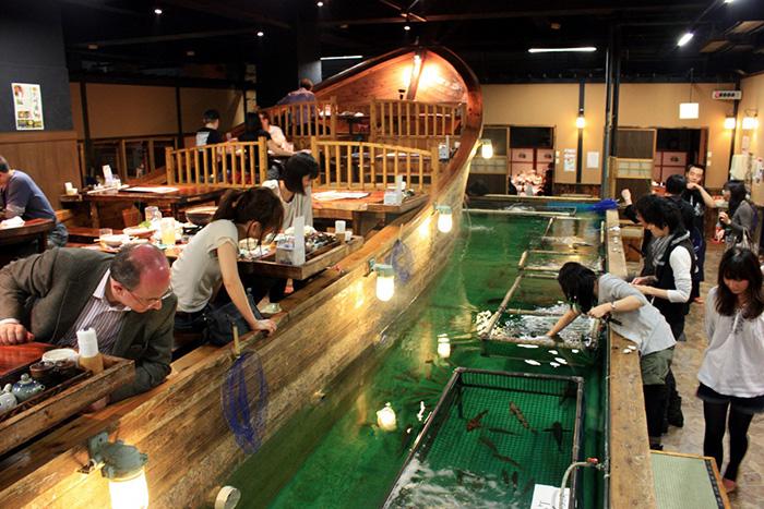 themed-cafes-tokyo-fishing-restaurant-zauo