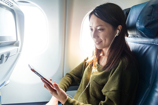 airplane-hacks-for-long-flights-noise-cancelling-headphones