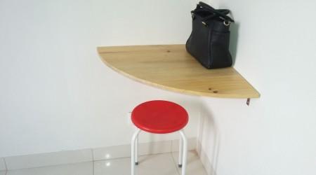 Meja laptop di kamar tidur utama