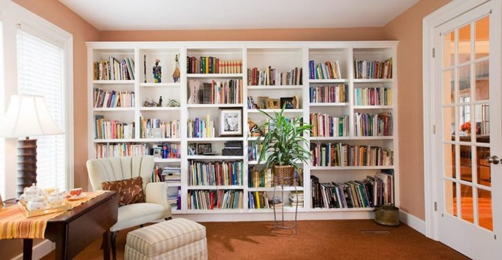 Elegant-reading-corner-design-with-full-white-bookshelf-and-beige-wall-color-also-brown-floor-and-also-white-reading-chair-idea-970x746