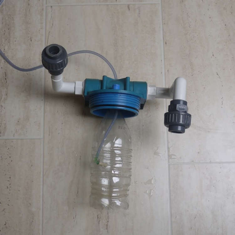 gắn vỏ chai nước vào cốc lọc RO