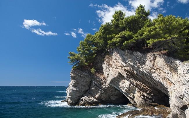 bố cục đá bên bờ biển