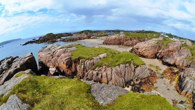 bố cục đá với những khối đá lớn bên bờ biển