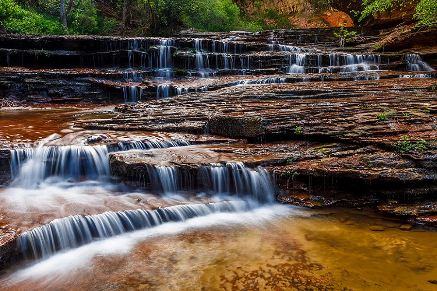 nước chảy trên những vỉa đá lát trong công viên zion