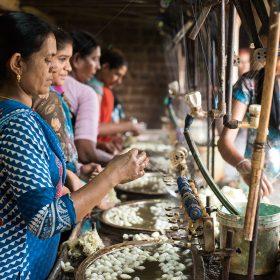 在小村落看到養蠶取絲的過程,甚有地道色彩。