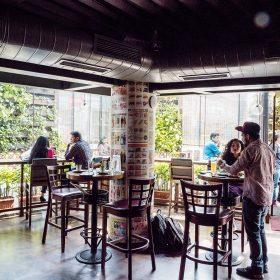 The Permit Room地下一層為酒吧,不少當地之上班族亦愛到這裡飲酒聊天。