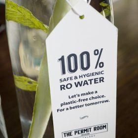 在The Permit Room供應的飲用水,都有百分百衛生的標示。