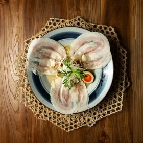 師承大師級拉麵店師傅的他,跳脫傳統,以創意拉麵為本。此款特級白湯拉麵是林隆臣特別的創意之作,以日本米鴨、有機飼養的京都丹波地雞和籠目昆布熬製六小時而成。