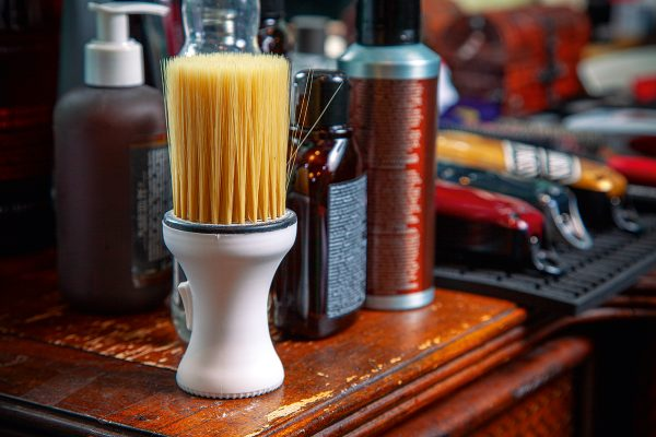 Barber shop 的特點,是以專門招待男士理髮及面部護理服務為主,店內修理毛鬚的工具應有盡有。