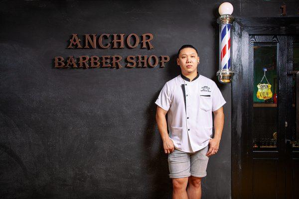 坐落九龍灣工廈的Anchor Barber Shop,門口以全黑色透灰的色調及復古字樣的店名作主題牆,呈現型格時尚風格。