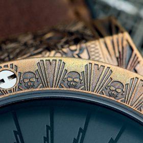 錶圈上雕刻了搖滾樂的重要標誌︱骷顱骨圖案。