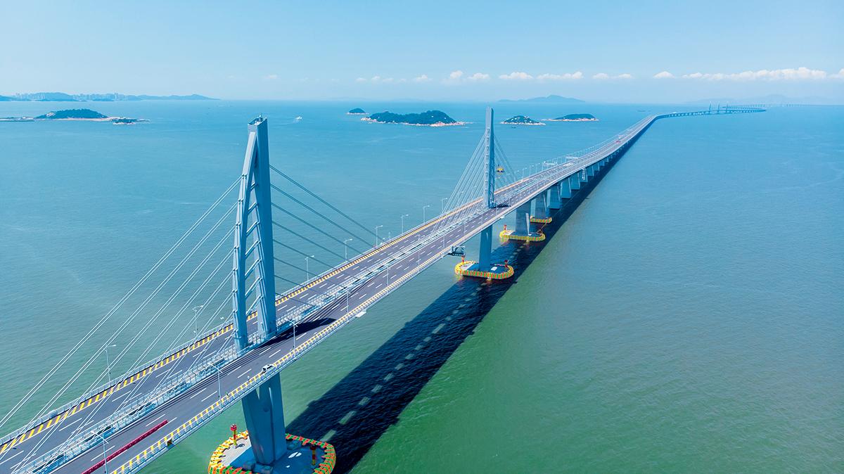 港珠澳大橋於2018年通車,全長55公里,為全球最長的橋隧組合跨海通道。