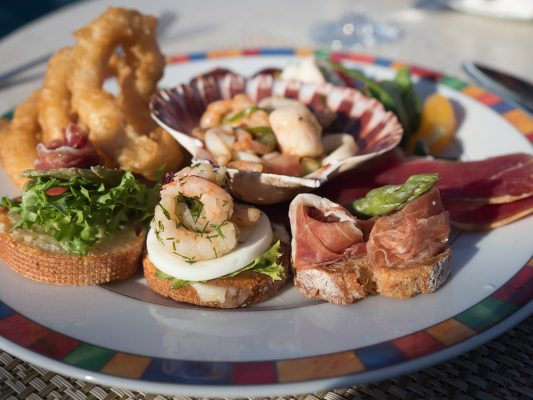 酒船上自助餐廳每晚會轉換菜式,在地中海則以海鮮為主,甚合香港人口胃。