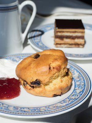 每天下午,在船上均設有免費英式下午茶,可點來各款鹹甜點或英式鬆餅,看著海景來一頓Afternoon Tea。
