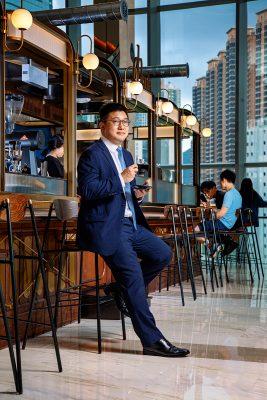 希慎集團首席營運總監呂幹威(Ricky),訪問當天於Urban Sky 中的咖啡店一攝,咖啡店面向銅鑼灣大廈,環境開揚。