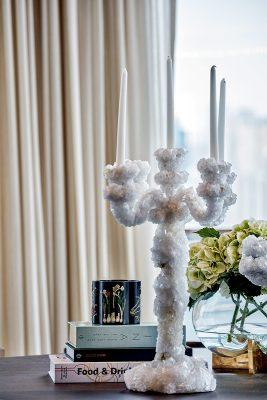 餐枱上的洋燭,表面以閃閃水晶鋪砌,簡單中突顯一份優雅感覺。