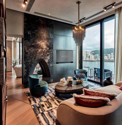 客廳的電視櫃中,置有一個三角形入牆電子暖爐,此舉除了模仿外國的家居裝置之餘,既可在冬天作取暖之用,又可增添另類視覺效果。