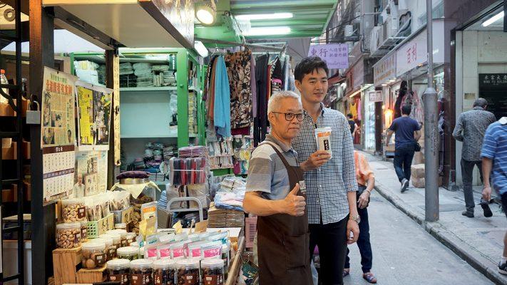 近年不少傳統品牌經歷轉型,其中香港地道的涼果品牌檸檬王,其第三代傳人(右)便由線下走到線上,開拓網店業務。(相片由SHOPLINE提供)