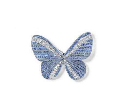 Tiffany & Co. 2019 Blue Book 高級珠寶系列 18K白金鑲藍寶石及鑽石蝴蝶胸針,圓形藍寶石總重逾14克拉,長方形鑽石總重逾8克拉。收藏於純銀及玻璃盒子中。