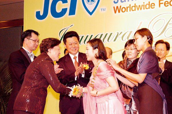 曾鳳珠於2005年出任國際青年商會香港總會會長。