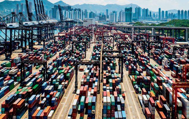 受鄰近地區競爭下,本港物流業經營環境面臨嚴峻的挑戰。