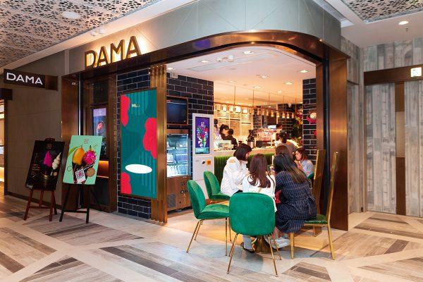 坐落於K11 MUSEA的DAMA店,面積約500平方呎,品牌主推自家有營健康飲食,並推行環保藝術如環保餐具。
