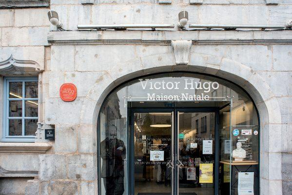 大文豪雨果的出生地,已成為紀念館,市內的博物館還珍藏了雨果的出世紙。