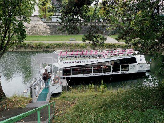 坐遊船遊杜河,可以悠悠的吃著地道午餐,一邊欣賞河岸風景。