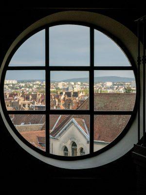 酒店Loft大房的圓形大窗,可欣賞貝桑松的風景。