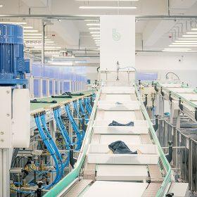 位於大埔廠房的The Billie System,是紡織業界的一大突破,目前共有三條生產線,每日可處理多達三噸的廢舊紡織品,轉化成高質量循環再造纖維。
