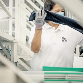 系統中有小部份工序需要人手參與,如人手裁布和去除如鈕釦等硬物。
