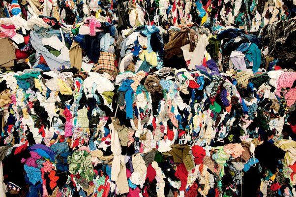 香港每天有多達300多噸的紡織廢料被運去堆田區,數字十分驚人,並有上升趨勢。(圖片來源:greenglamourex)