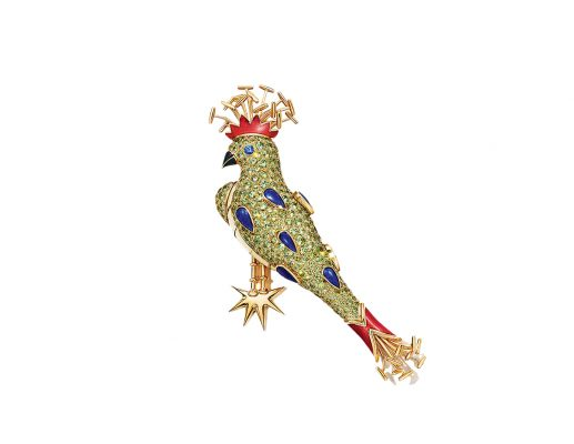 18k黃金鑲翠榴石及金箔雕花琺瑯鳳頭鳥胸針,內有310顆翠榴石、總重逾 21.2 克拉1顆藍寶石及總重0.22克拉鑲嵌金箔雕花琺瑯。