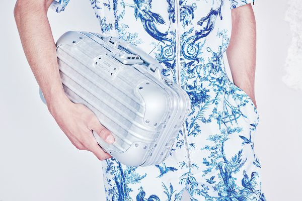 Hand Case鋁金屬手提箱設計源自一款九十年代初的RIMOWA手提箱,同樣印上Dior Oblique圖案。
