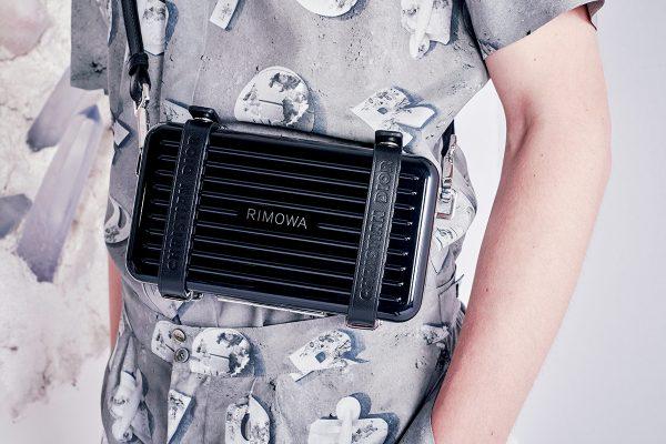 小巧有型的Personal鋁金屬手提箱,配上斜孭皮帶,攜帶方便。